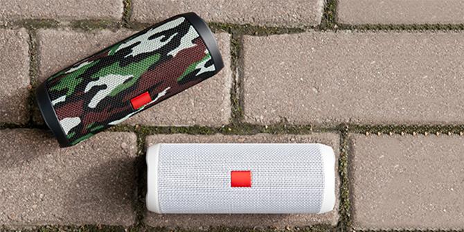Zwei Bluetooth Boxen auf der Strasse