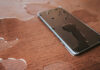 Abbildung zeigt ein Smartphone mit IPX 6 Wasserschutz
