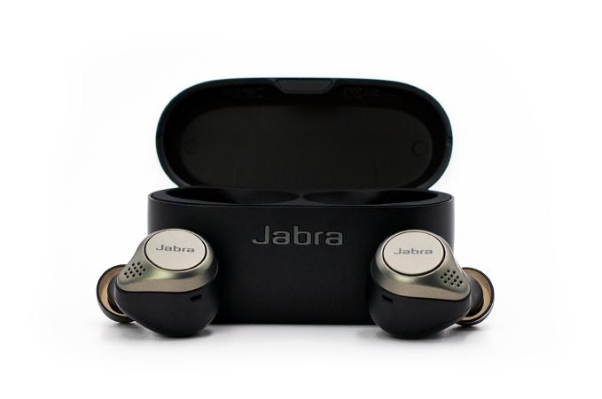 Jabra Elite 75t im Ladecase mit Kopfhoerern