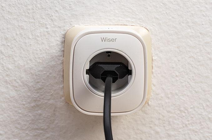 Wiser Plug WLAN Steckdose an Wandsteckdose montiert