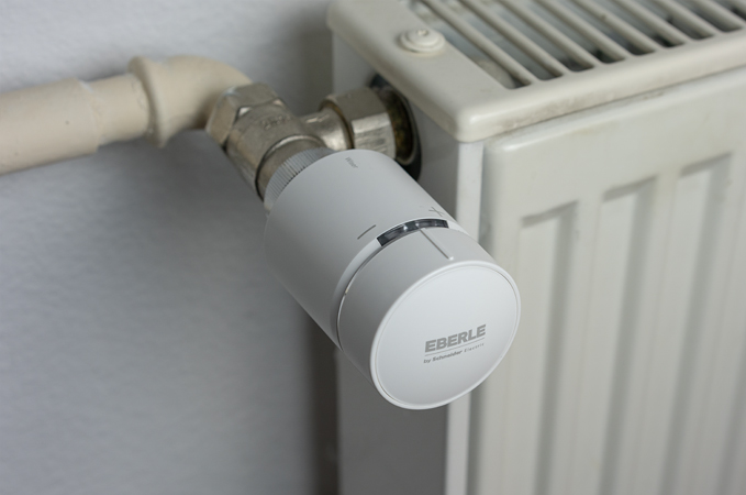 Wiser Thermostat an Heizung montiert