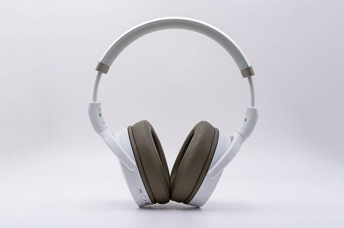 Sennheiser HD450 BT Kopfhörer steht