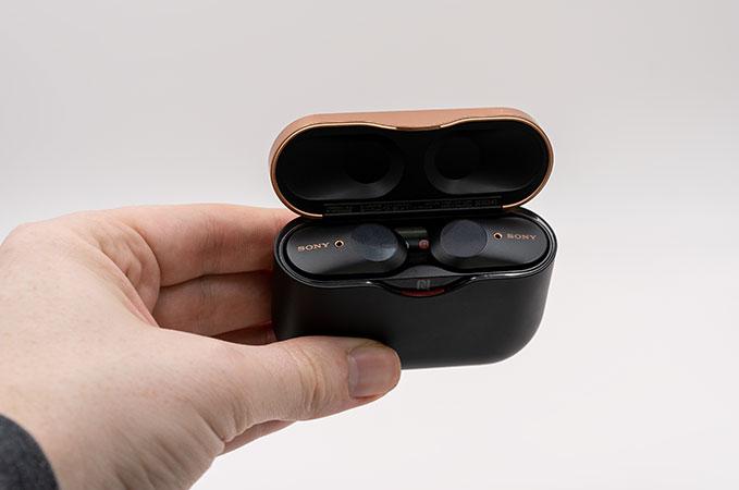 Sony WF-100XM3 in der Hand mit Ladecase offen