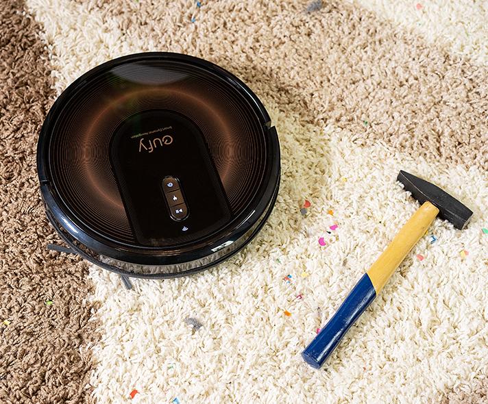 eufy RoboVac G30 Edge beim Saugen auf Teppich