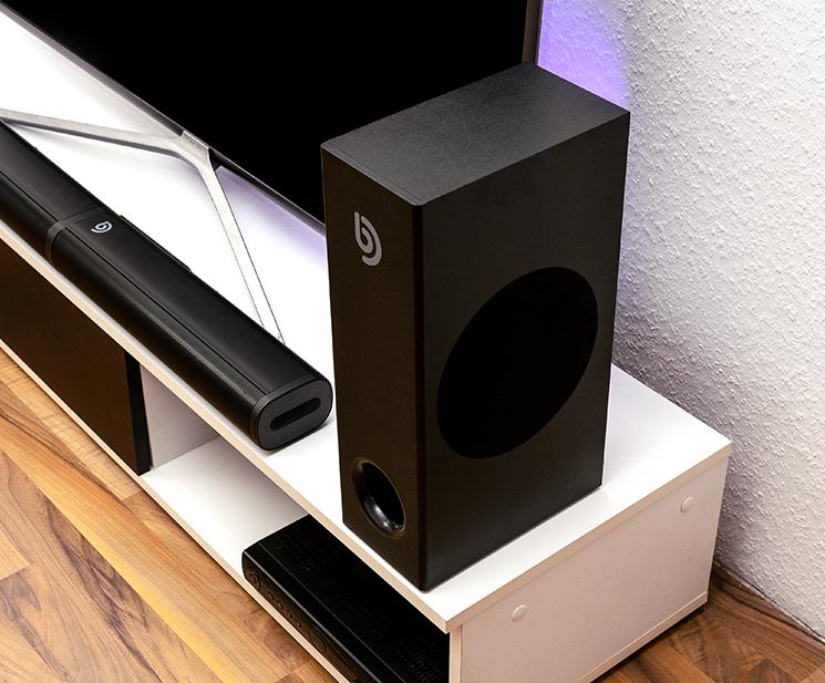 Abbildung zeigt die Bomaker Soundbar vor einem TV