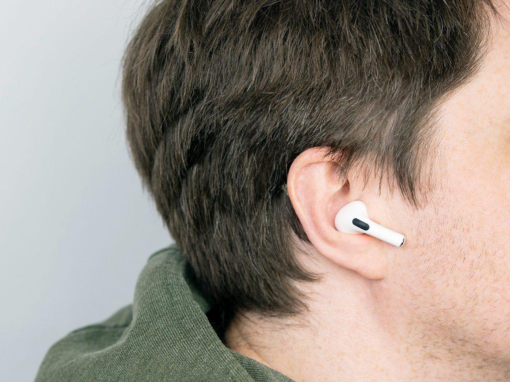 Abbildung zeigt die Apple Airpods Pro beim tragen im Ohr