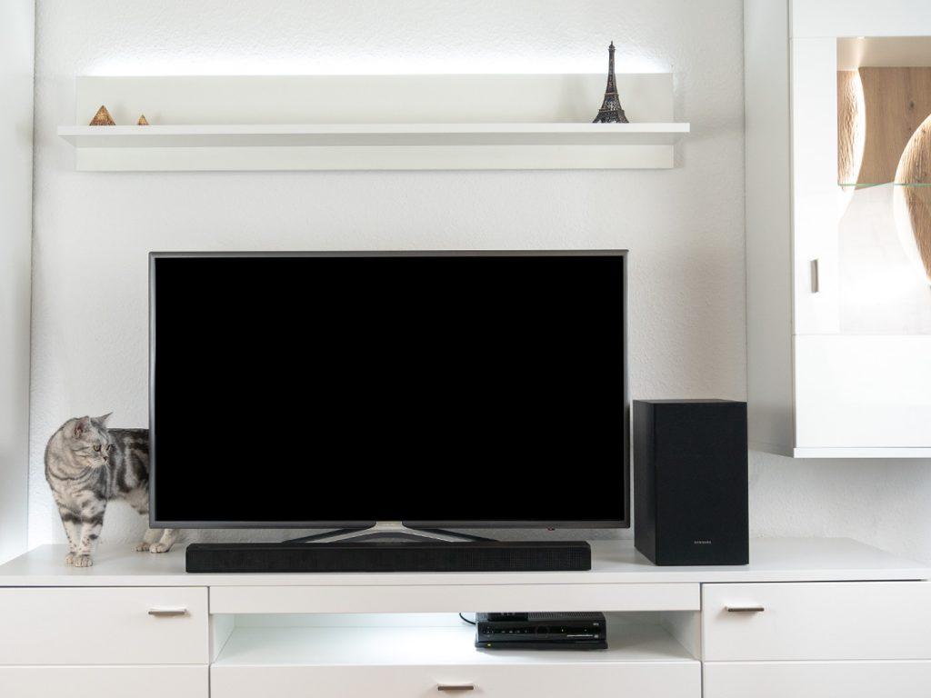 Abbildung zeigt die Samsung Soundbar HW-T530 im Betrieb auf einer Wohnwand