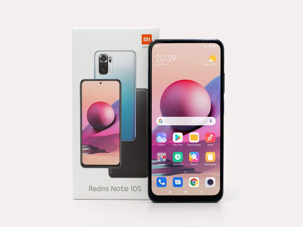 Abbildung zeigt das Xiaomi Redmi Note 10S Smartphone mit Verpackung