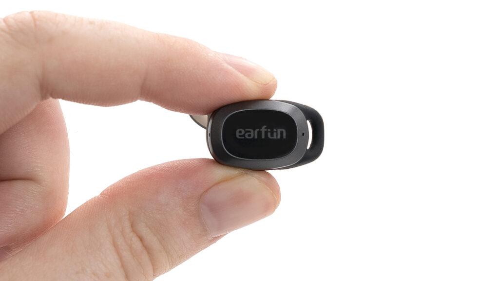 Abbildung zeigt die Earfun Free Pro in der Nahansicht