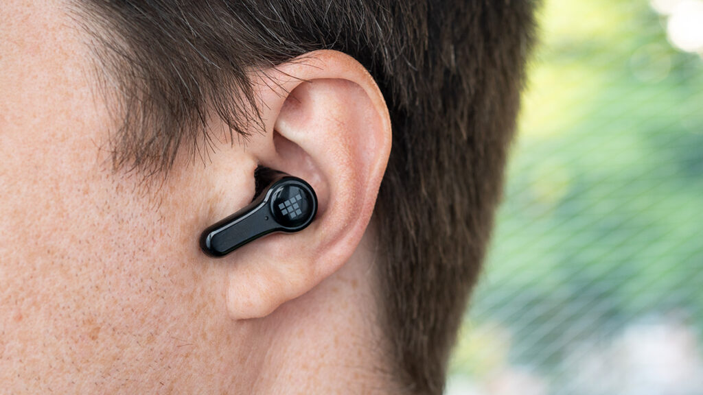 Abbildung zeigt Tronsmart Onyx Apex im Ohr beim tragen